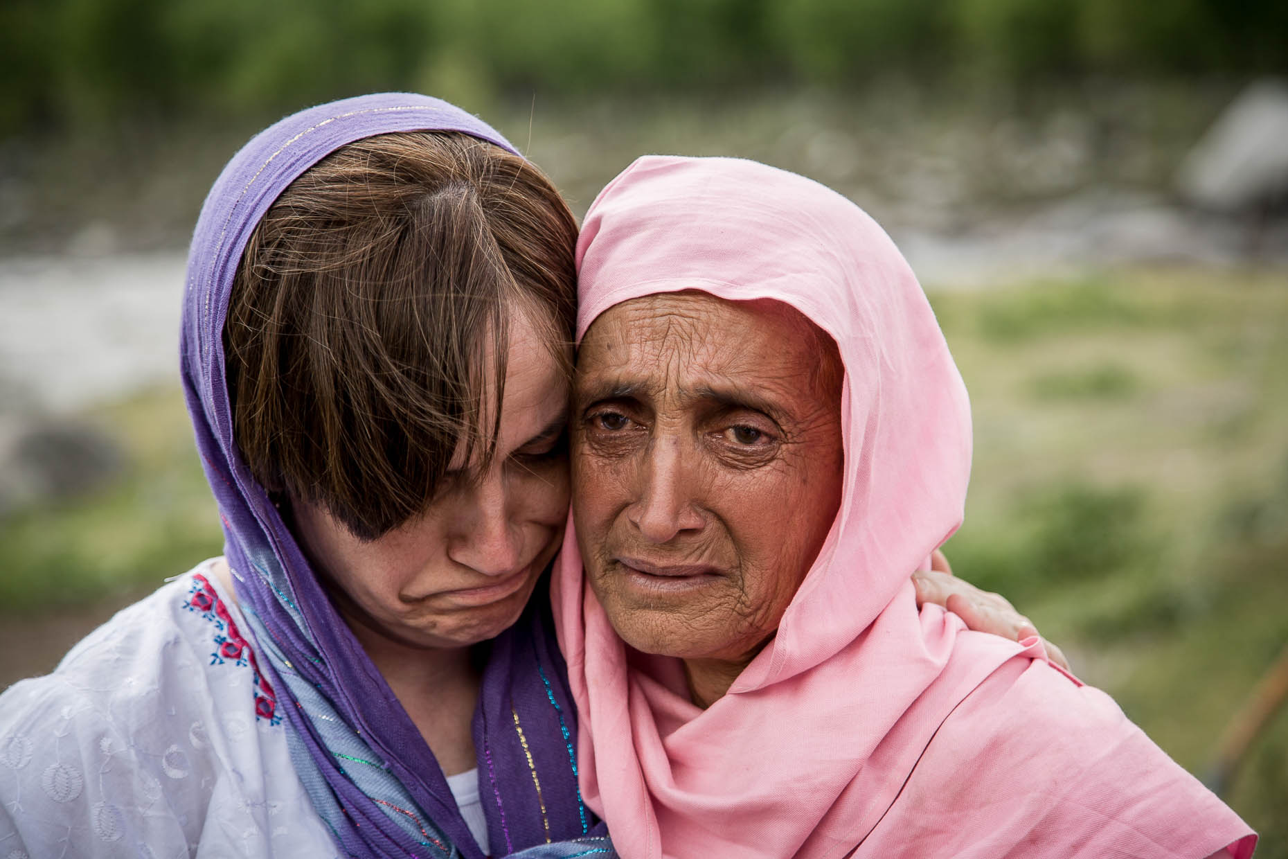 Humanitarian-relief-worker-comforts-earthquake-victim