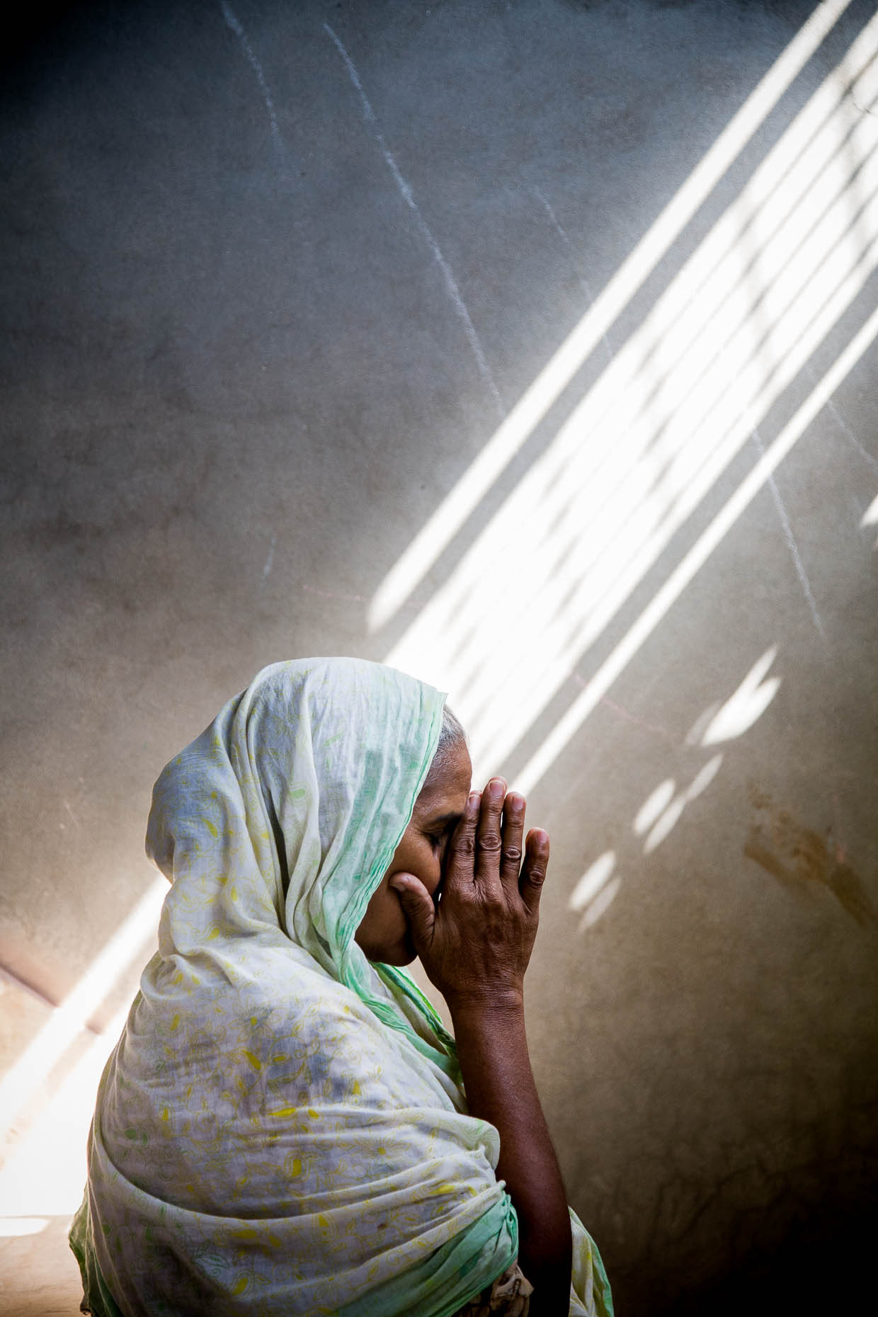 Woman-praying-in-Pakistan
