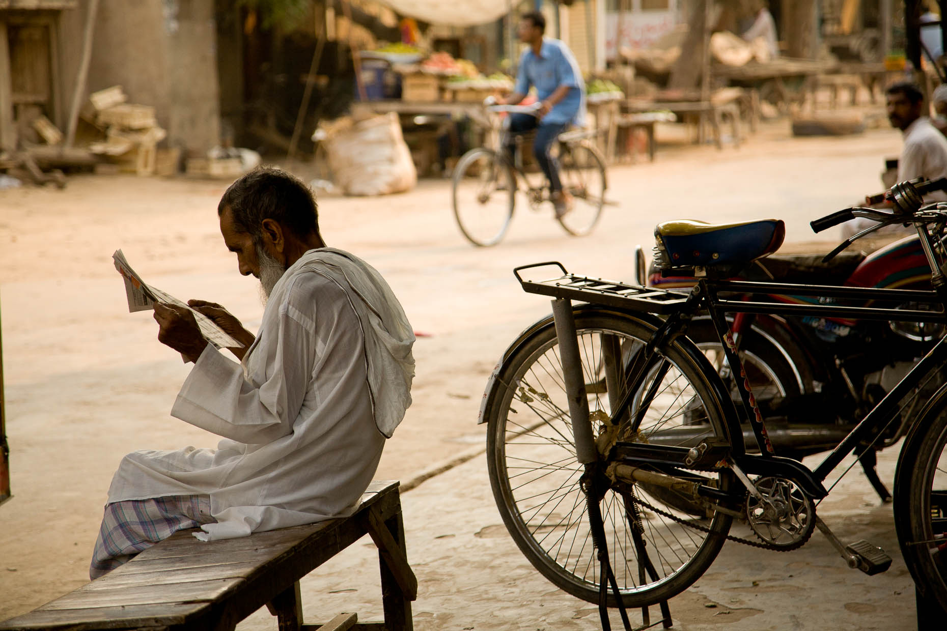 Man-reading-newspaper-Pakistan