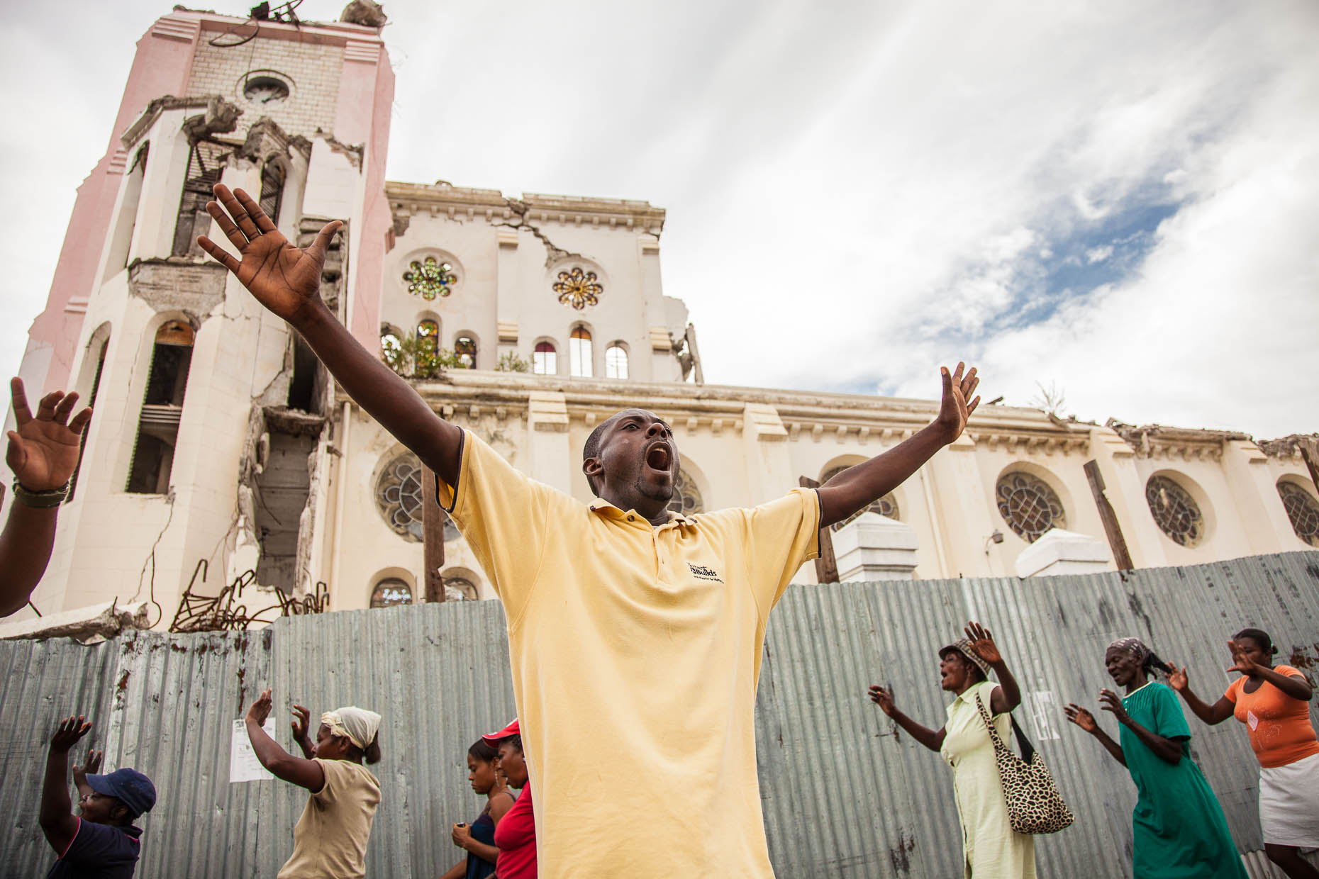 Christians-pray-in-Haiti