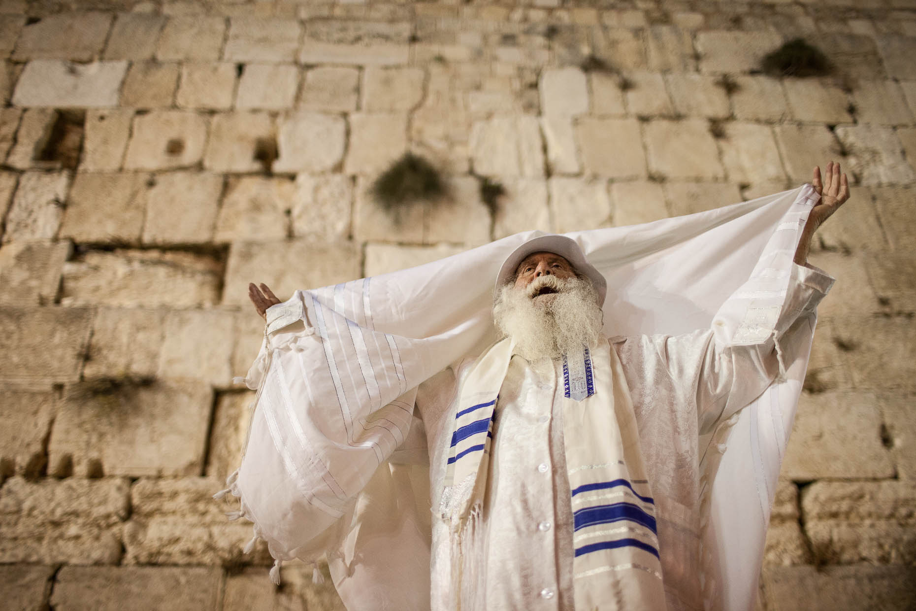 Orthodox-Jew-prays-at-Wester-Wall