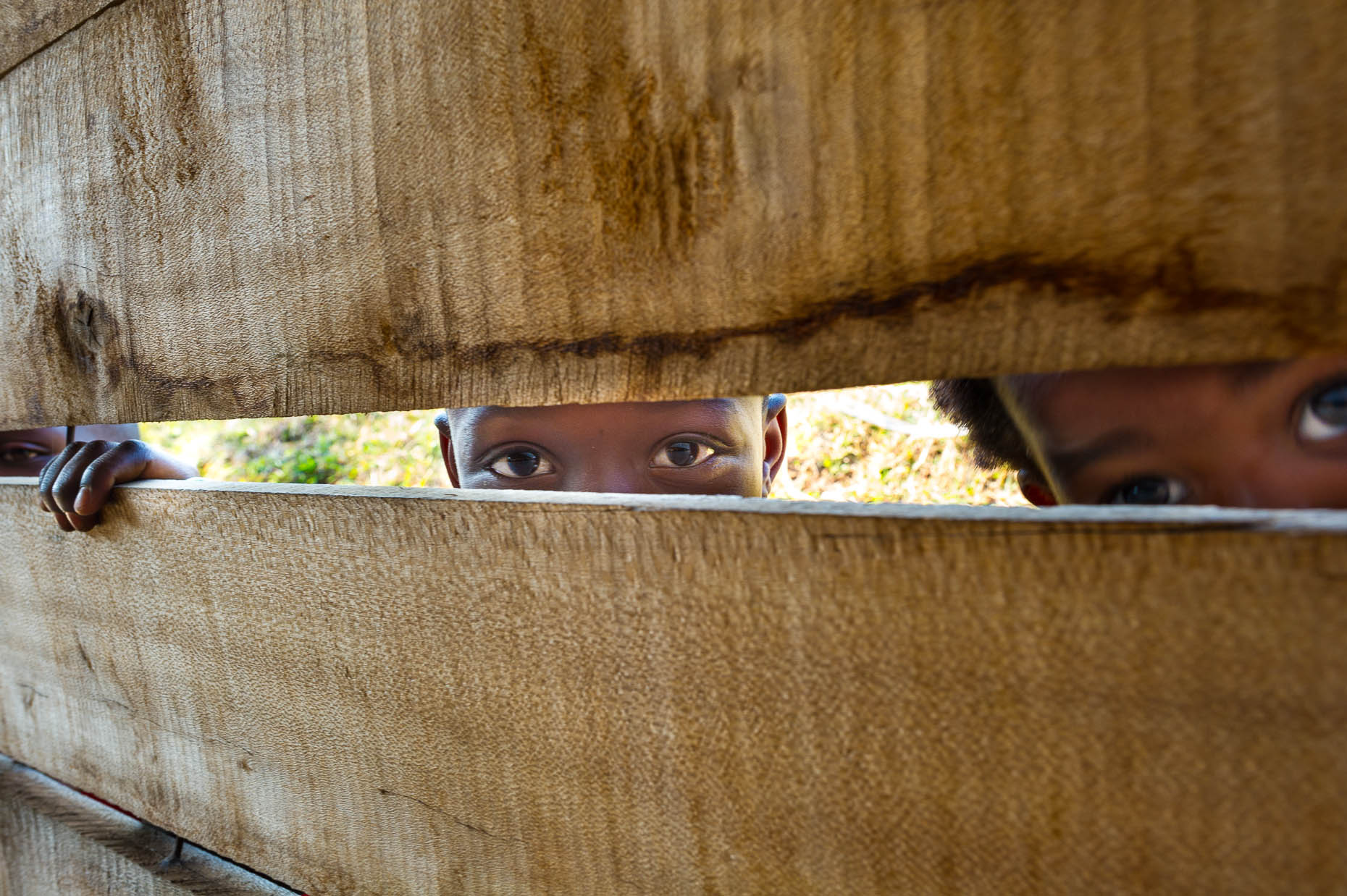 Children-peek-through-wall