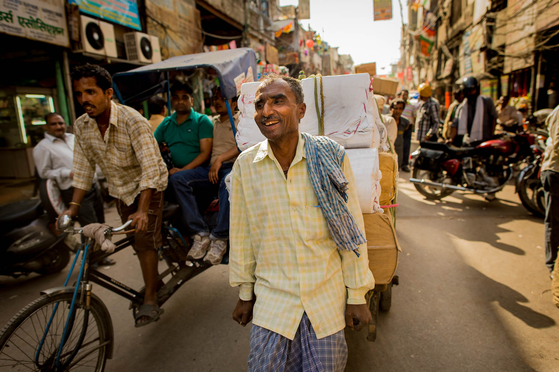 Dayworker-in-India-carrying-heavy-load