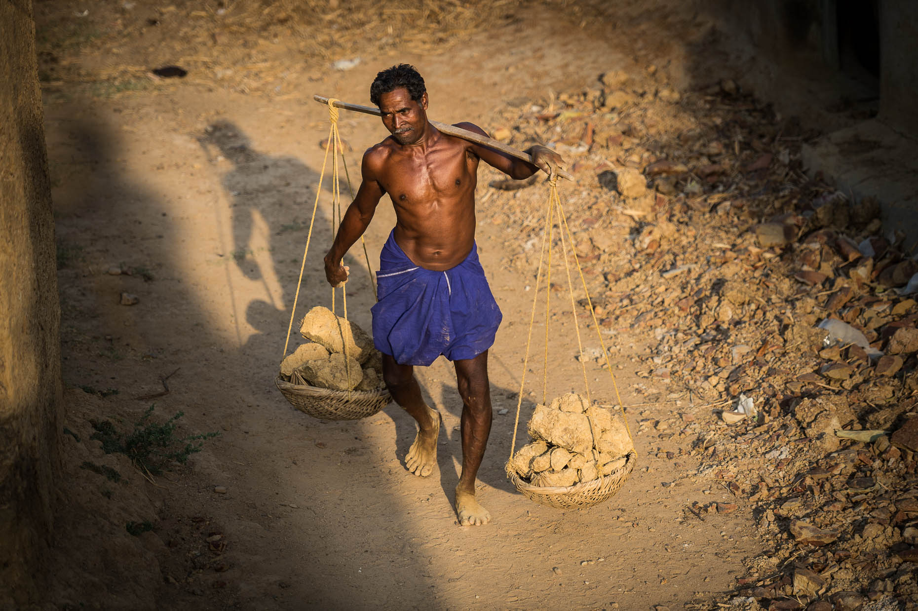 Dayworker-in-India-carrying-heavy-load-of-rocks
