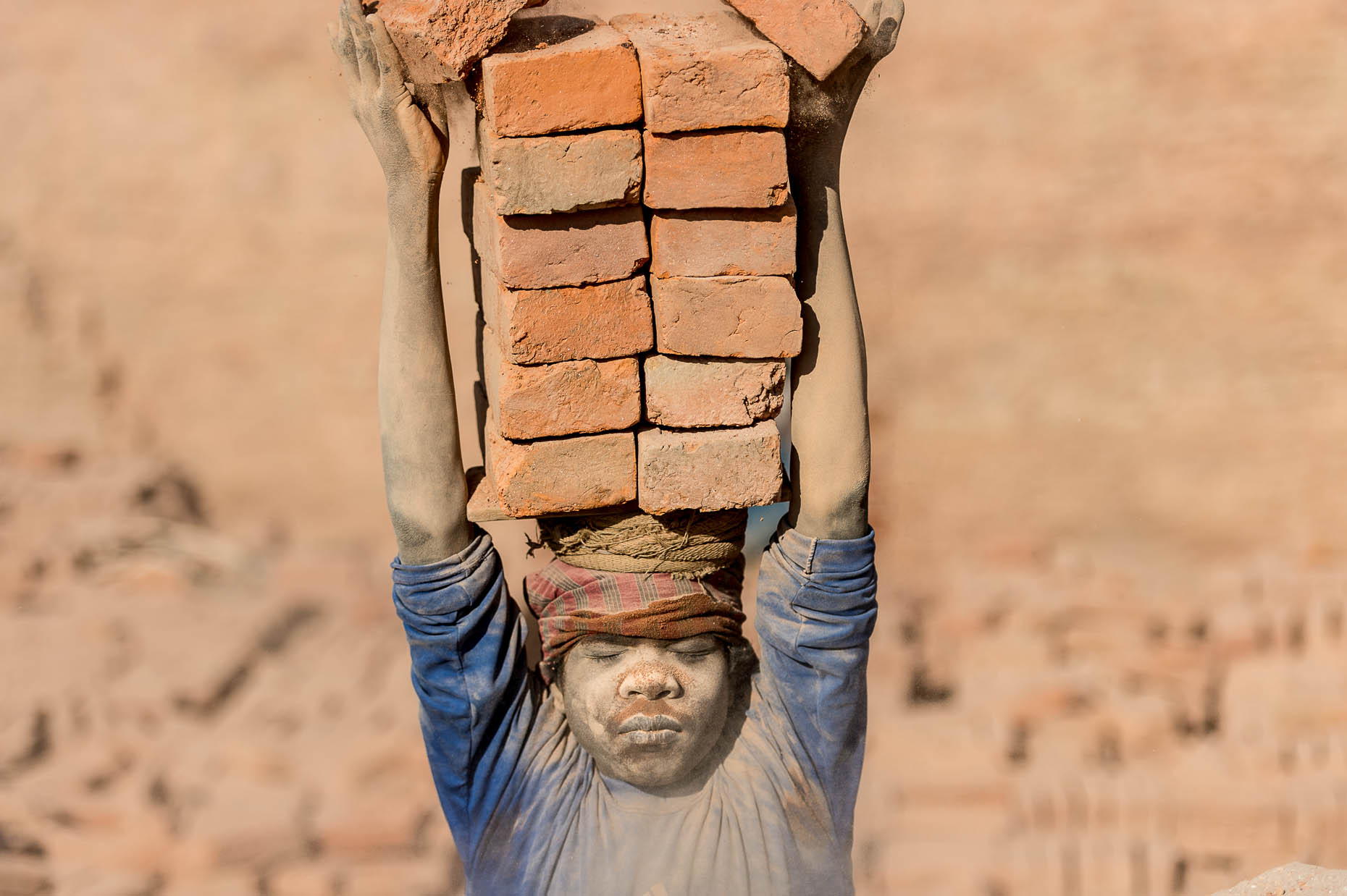 Boy-carrying-bricks-Nepal