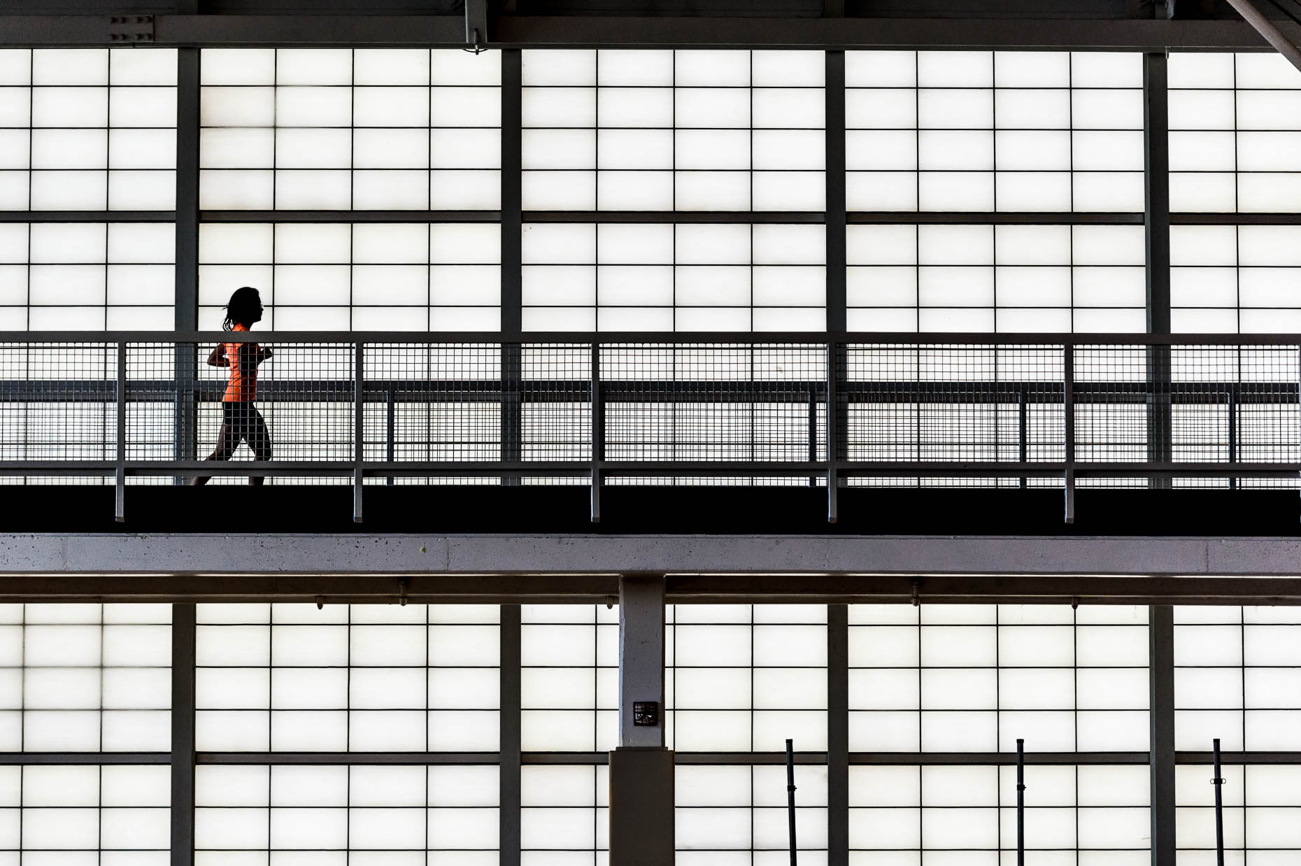 Female-runner-on-indoor-track
