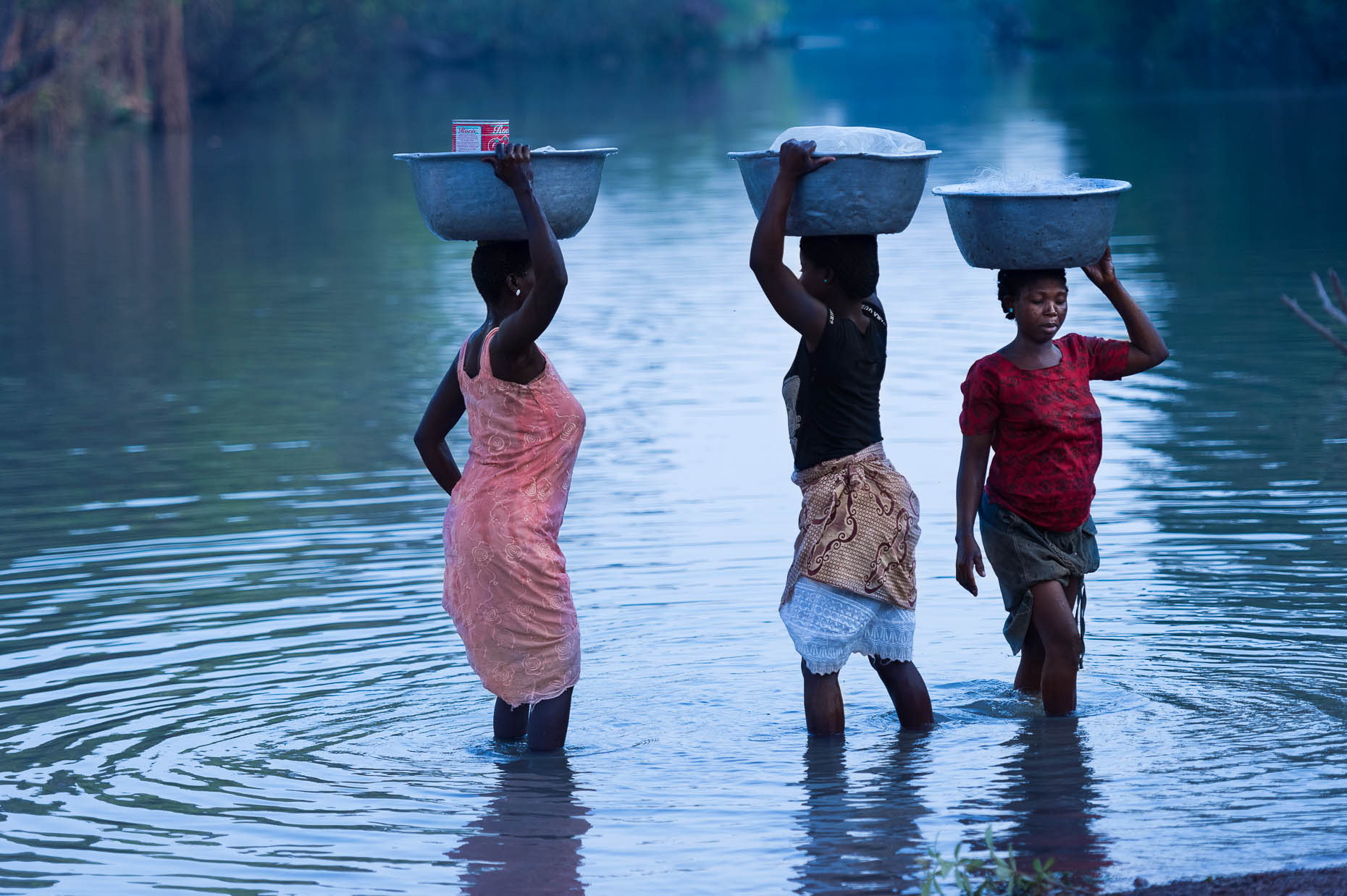 Women-washing-clothes-in-river-Zimbabawe