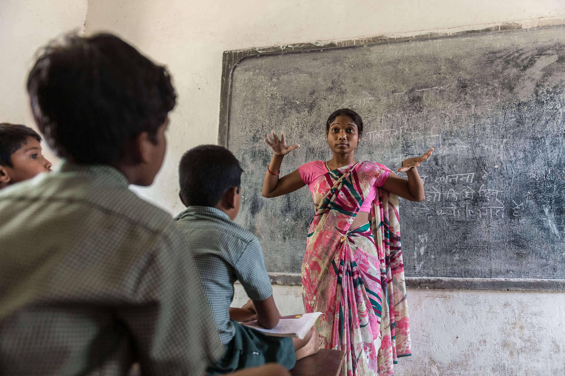 Teacher-at-deaf-school-India
